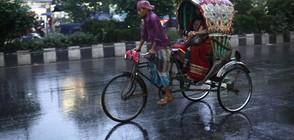 Циклонът Мора връхлетя Бангладеш (ВИДЕО+СНИМКИ)