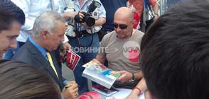Стоичков раздаде автографи и показа новата си книга (ВИДЕО+СНИМКИ)