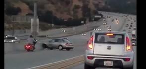 ГРУБИЯНИ НА ПЪТЯ: Шофьор реши да накаже моторист и сам катастрофира (ВИДЕО)