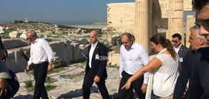 Президентът и първата дама се разходиха из Акропола (СНИМКИ)