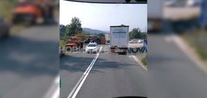 Два камиона се врязаха в лека кола, двама загинаха (ВИДЕО)