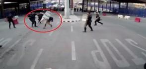 Полицай замери въоръжен мъж с пластмасова бариера (ВИДЕО)