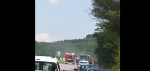 Запали се камион, превозващ аварирал автобус (ВИДЕО)