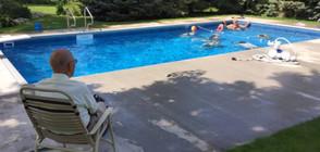 Вдовец построи басейн за съседските деца, самотата го убивала (СНИМКИ)