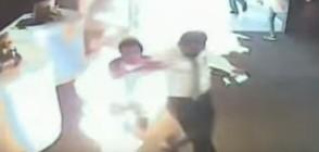 Мъж се самозапали по погрешка в банка, рани десетки (ВИДЕО)