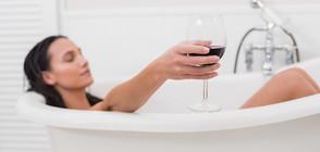 Приспособление помага да си пием виното във ваната