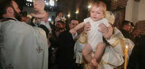 Кръстиха 1000 бебета за един ден (ВИДЕО+СНИМКИ)