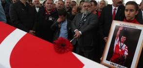 Погребаха с почести легендарния щангист Наим Сюлейманоглу в Истанбул (ВИДЕО)