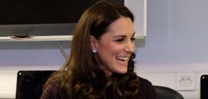 Бременната Кейт раздава коледни подаръци на деца (СНИМКИ)