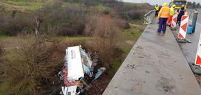 Тир излетя от мост и падна в река (ВИДЕО)