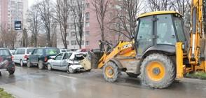 Багер отнесе 8 коли на улица във Варна (ВИДЕО+СНИМКИ)