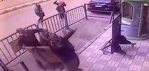 Полицаи хванаха дете, докато пада от третия етаж (ВИДЕО)