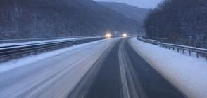 Усложнена пътна обстановка в страната заради снеговалеж (ВИДЕО)