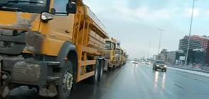Сто снегорина почистват улиците на София
