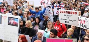 СРЕЩУ ОРЪЖИЯТА: Стотици хиляди младежи протестират в САЩ и Европа (ВИДЕО)