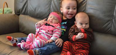 ГАНГСТЕР В ЛЮЛКАТА: Сърдити бебчета в кадър (ГАЛЕРИЯ)