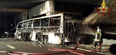 Автобус с деца катастрофира и изгоря в Италия, има жертви (ВИДЕО+СНИМКИ)