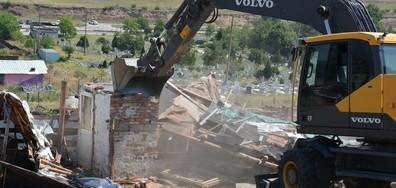 Премахнаха 16 незаконни постройки в Асеновград (ВИДЕО+СНИМКИ)