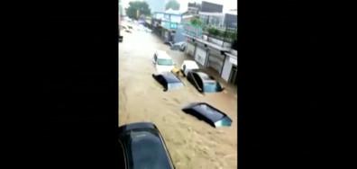 Силен дъжд причини огромно наводнение в китайски град (ВИДЕО)