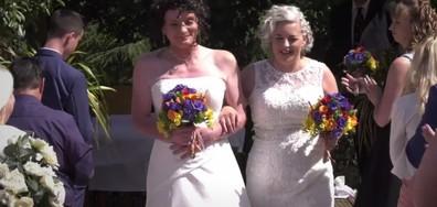 """Две жени се ожениха 21 години, след като си казали """"Да"""" като мъж и жена (ВИДЕО)"""
