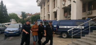 15-годишното момче, убило малолетно момиче в Бургас, с белезници в съда