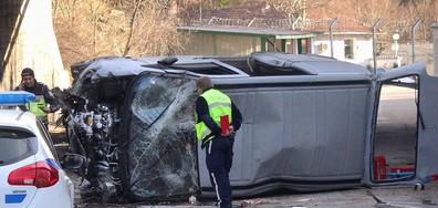 Автомобил падна от мост във Велико Търново (СНИМКИ)