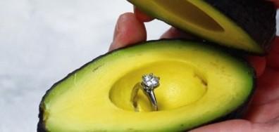 НОВА МОДА: Да ти предложат брак с пръстен в авокадо (ВИДЕО+СНИМКИ)