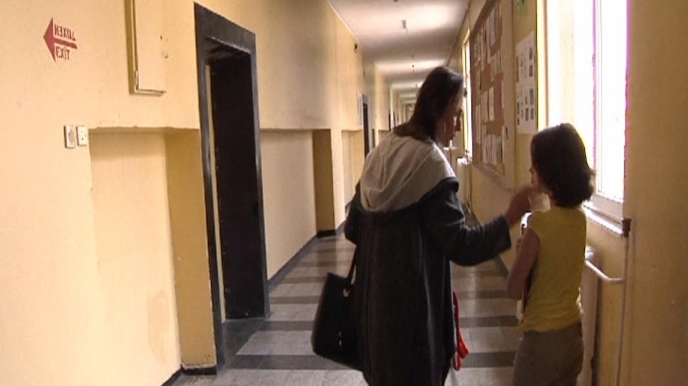 Майка защитава дъщеря си от училищен тормоз
