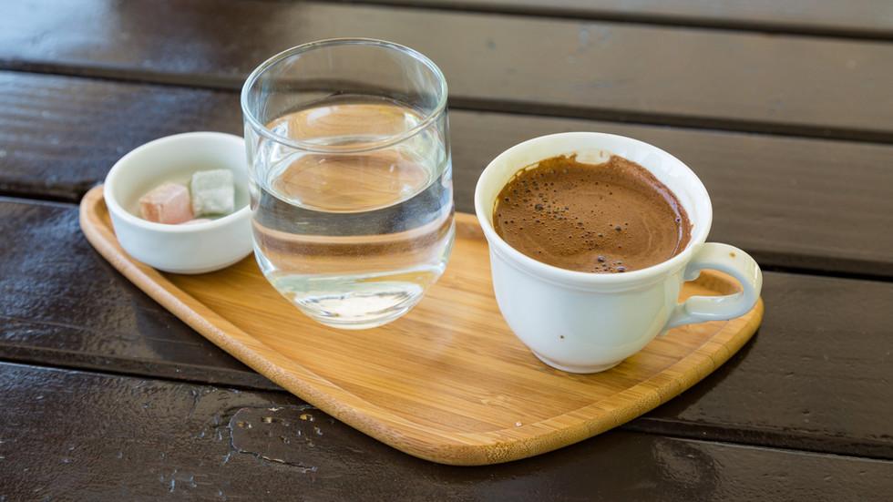 СКРИТА КАМЕРА НА NOVA: Кафене предлагa менюта с различни цени за клиентите