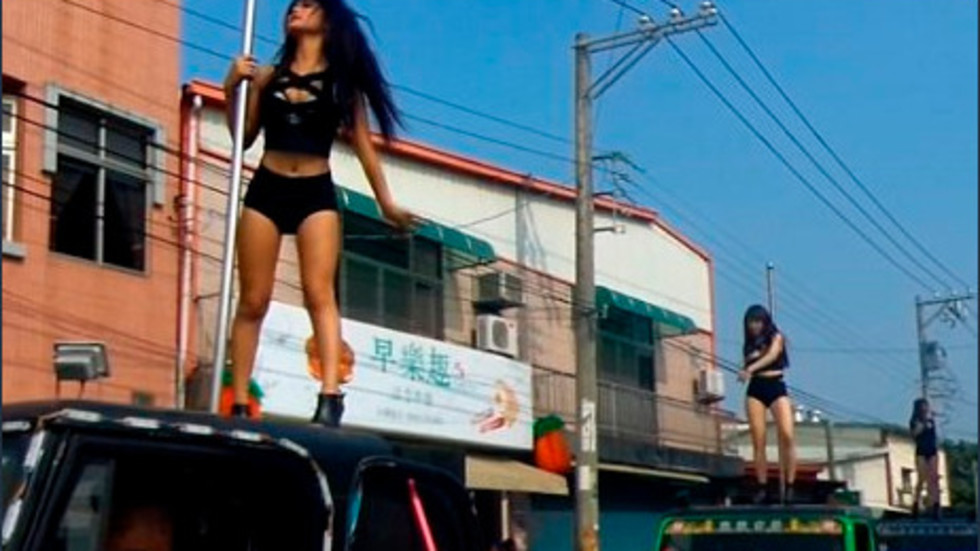 СТРАННА ТРАДИЦИЯ: Стриптийзьорки танцуват на погребения (ВИДЕО+СНИМКИ)