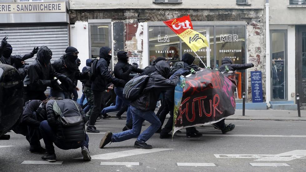 Сблъсъци между стачкуващи и полиция във Франция (ВИДЕО+СНИМКИ)