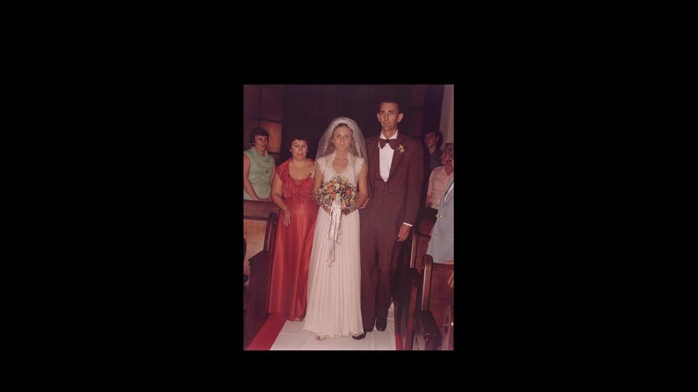 Млада жена търси сватбената рокля на майка си с помощта на Facebook