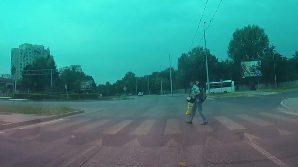 Как се минава на пешеходна пътека