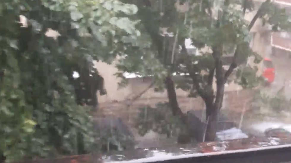 Пороен дъж и град във Враца