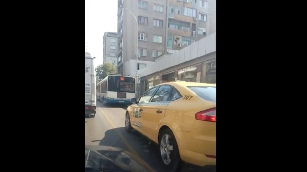 Нагли шофьори изпреварват в бус лентата