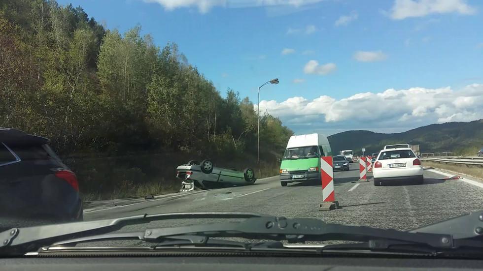"""Кола се обърна на магистрала """"Хемус"""""""