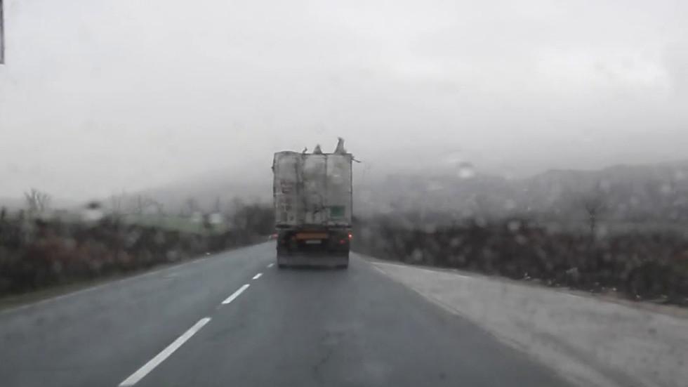 Камион с разпадащо се платнище на пътя Правец - Враца