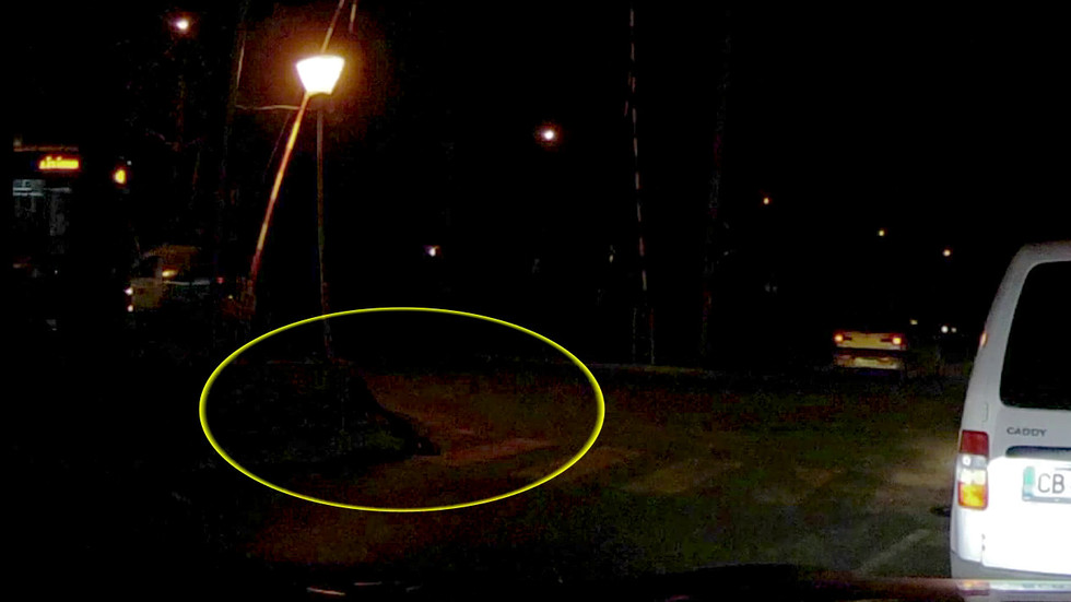 Никой не помага на жена, паднала на жп-прелез близо до релси