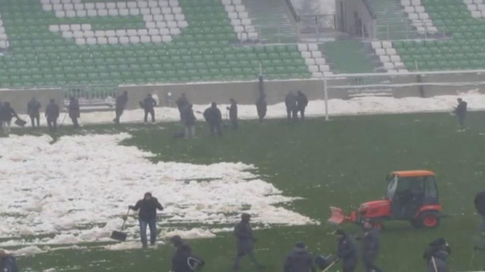 """Почистване на снега от стадион """"Лудогорец-Арена"""" за мача на националите"""