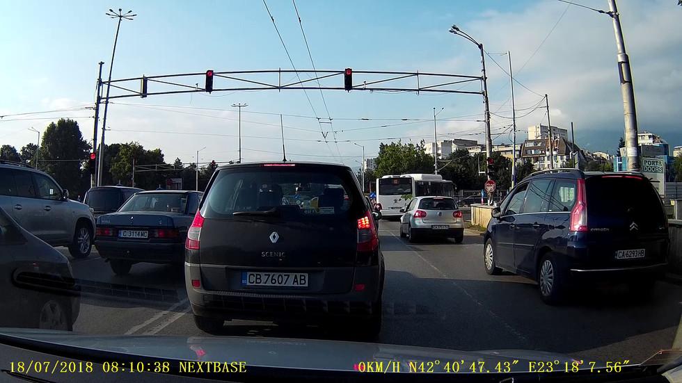Автобус на градския транспорт преминава на червен светофар