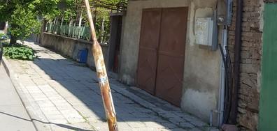 Наклонен стълб чака своята жертва в гр. Пазарджик