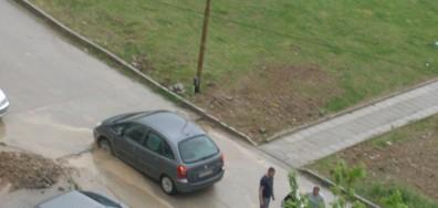 Автомобил пропадна в трап