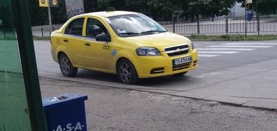 Такси спира върху пешеходна пътека в Добрич