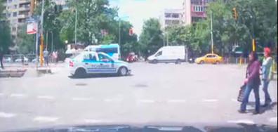 Полицейски автомобил в нарушение