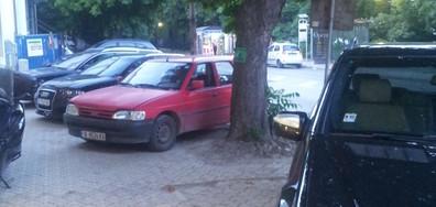 Неправилно паркиране на тротоара на главен булевард във Варна