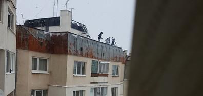 Деца се разхождат по покрива на 6-етажен блок (ВИДЕО)