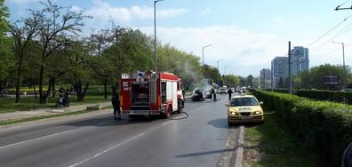 Кола се запали в движение в София (ВИДЕО+СНИМКИ)