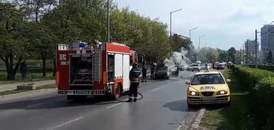 Автомобил се запали в движение в София (ВИДЕО)