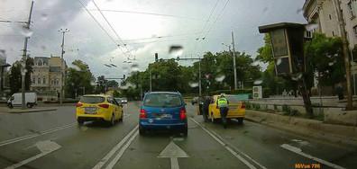 Катаджия помага на закъсало такси