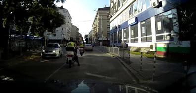 Полицай не дава предимство на пешеходна пътека